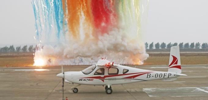 中国首架四座电动飞机首飞成功