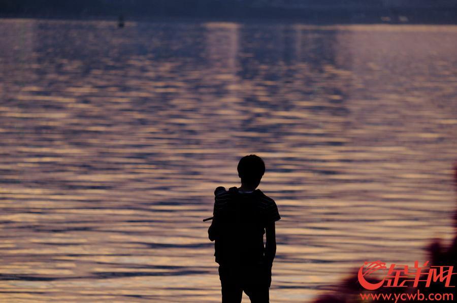 广州晴热干燥,夕阳照天空,常常出现大面积的红霞飞舞景象。太阳在消失地平线之前的短暂时分,让塞在车流中的人们享受了一刹那的浪漫。金羊网记者 戚耀琪 摄