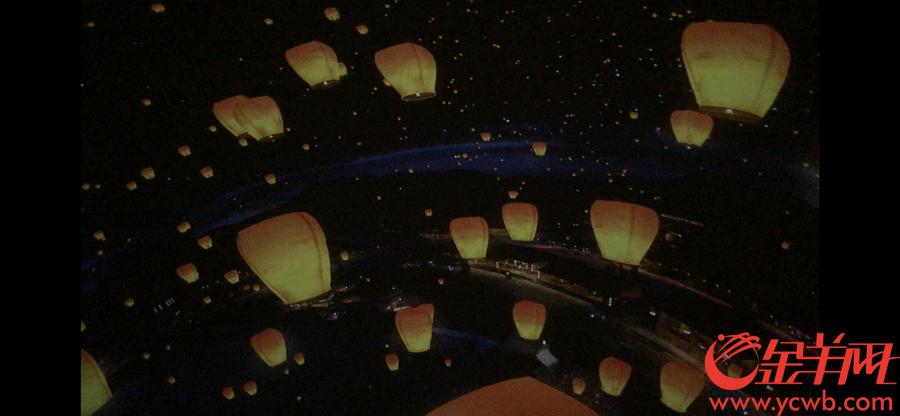 """""""汴河码头""""球幕影院的180°影片采用一镜到底的技术,描绘汴河从白天到傍晚的生动景象,将原作画面还原成视觉上可移动的立体空间。参观者置身其中,彷佛正行驶在《清明上河图》的汴河上,观赏""""两岸风烟天下无""""的人文盛景。金羊网记者 宋金峪 摄"""