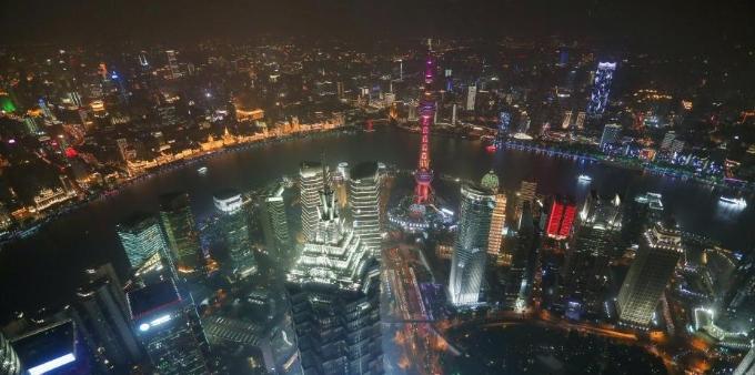 上海流光溢彩迎接第二届进博会