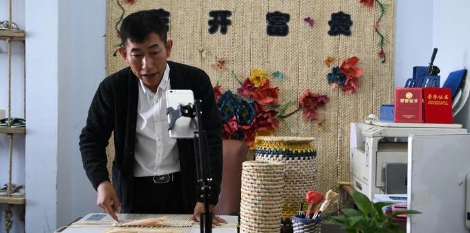 长春市民直播传授玉米草编技艺 带动绿色创业