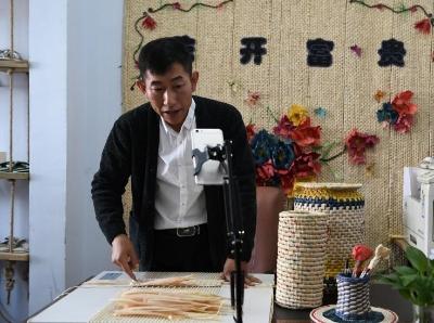 長春市民直播傳授玉米草編技藝 帶動綠色創業