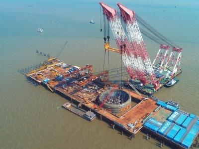 深中通道伶仃洋大桥西索塔1800吨钢吊箱下放
