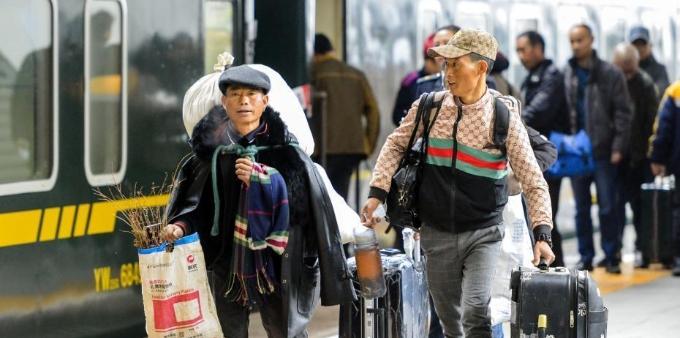 新疆乌鲁木齐站开行今冬首趟务工人员返乡专列