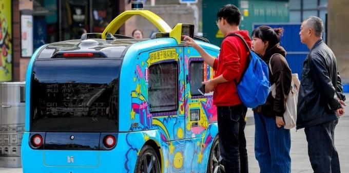 5G无人驾驶售货车亮相武汉步行街