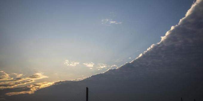 冷空气南下 杭州现罕见高积云景观