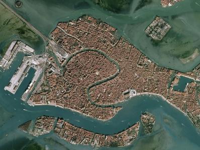 """意大利威尼斯水位居高不下 衛星照片顯示城市成""""水城"""""""