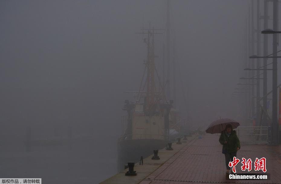 德国北部迎来大雾天气 居民雾中出行
