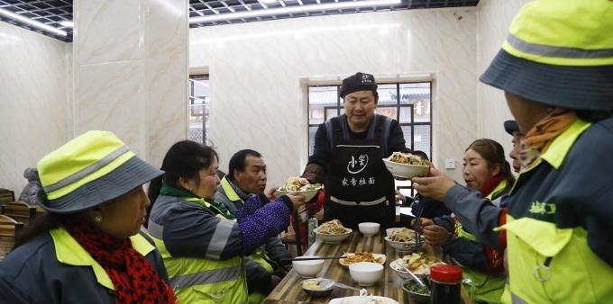 青海西宁一面馆为环卫工人提供免费餐食近十年
