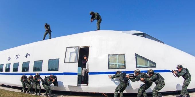 广西武警特战队员开展交通工具反劫持演练