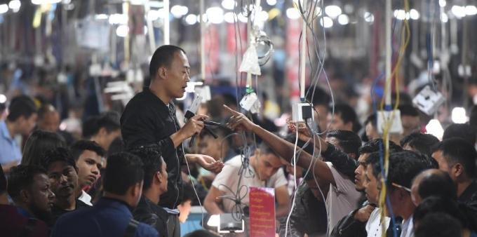 云南瑞丽:网络直播带动玉石销售