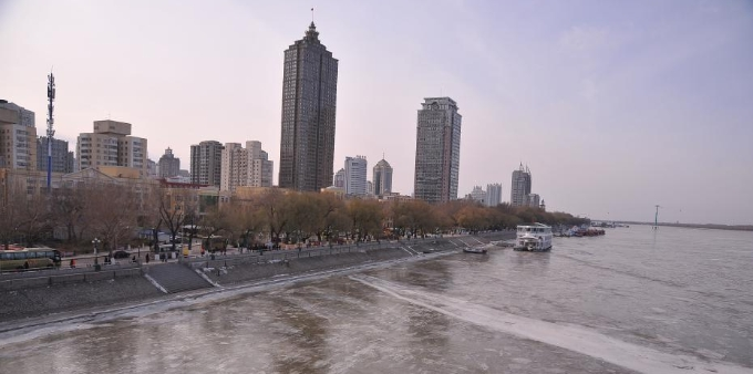 哈尔滨大幅降温 松花江再次封冻