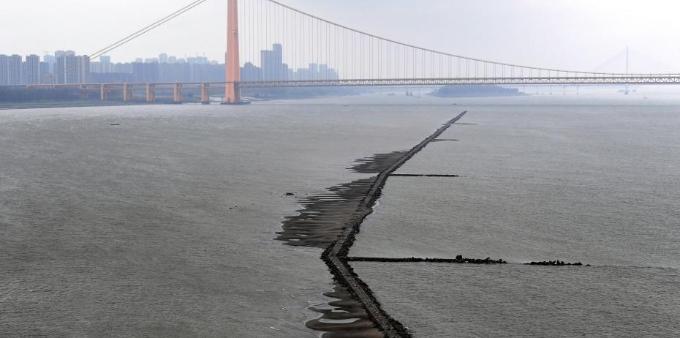 长江武汉段水位降低 江面中心现石子小路