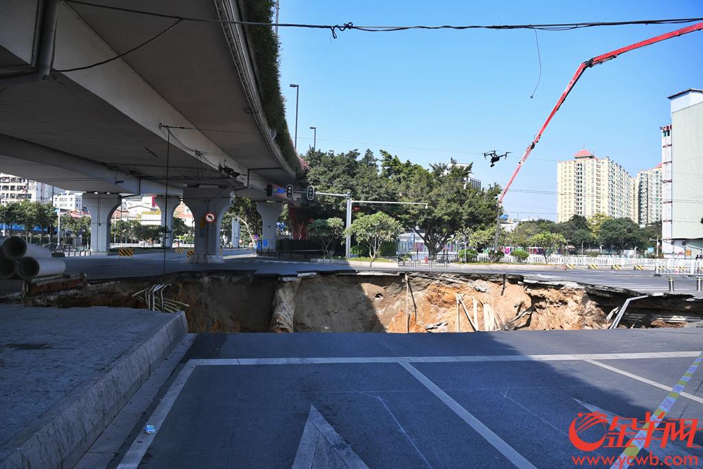 2019年12月1日,广州大道禺东西路路口发生地陷。工作人员在现场勘察,地陷路口车道全部封闭。金羊网记者 周巍 摄