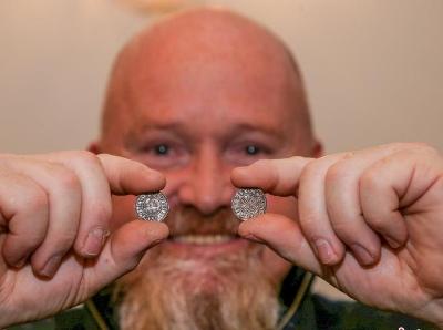 英国建筑工挖出99枚千年古币 价值或达5万英镑