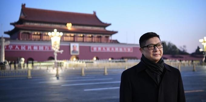 香港警务处处长邓炳强在天安门广场观看升旗仪式