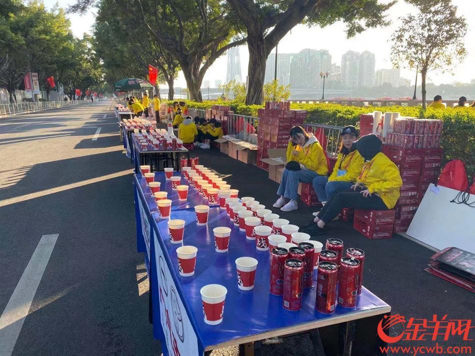 在全马40公里处,有一个物质补给站,物质已经准备就绪啦,一群可爱的志愿者们现在才吃饭,感谢他们辛勤付出~(张豪)