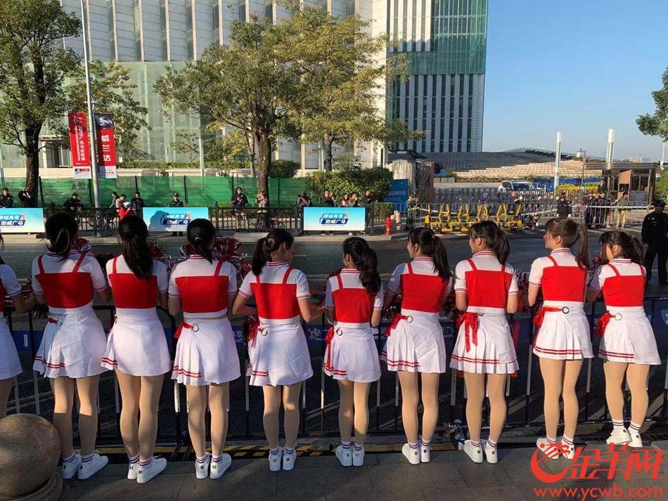一批来自广东省旅游学校的学生,在广州塔附近集结。她们认为,广州马拉松是一项激情赛事,值得为此助威。(梁怿韬)