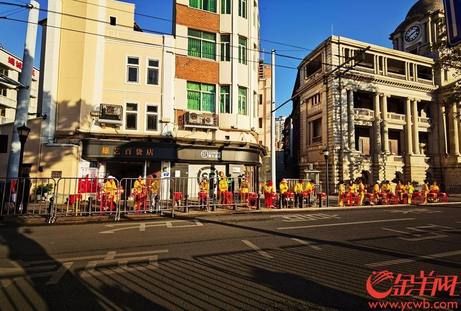 """广马开跑,老城区准备好了!记者在广马最西边的""""拐点""""——人民桥赛道33号点位处看到,赛点医疗站已经准备到位,志愿者已经到达现场,交通警察在场维持交通秩序,一切忙碌而井然。(徐振天)"""