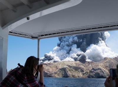 游客近距离拍摄新西兰火山喷发 火山灰直冲云霄