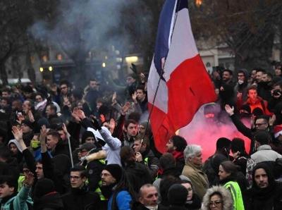 数以万计民众在巴黎游行抗议政府退休制度改革方案