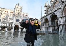 意大利威尼斯再迎洪峰 圣马可广场水深过膝