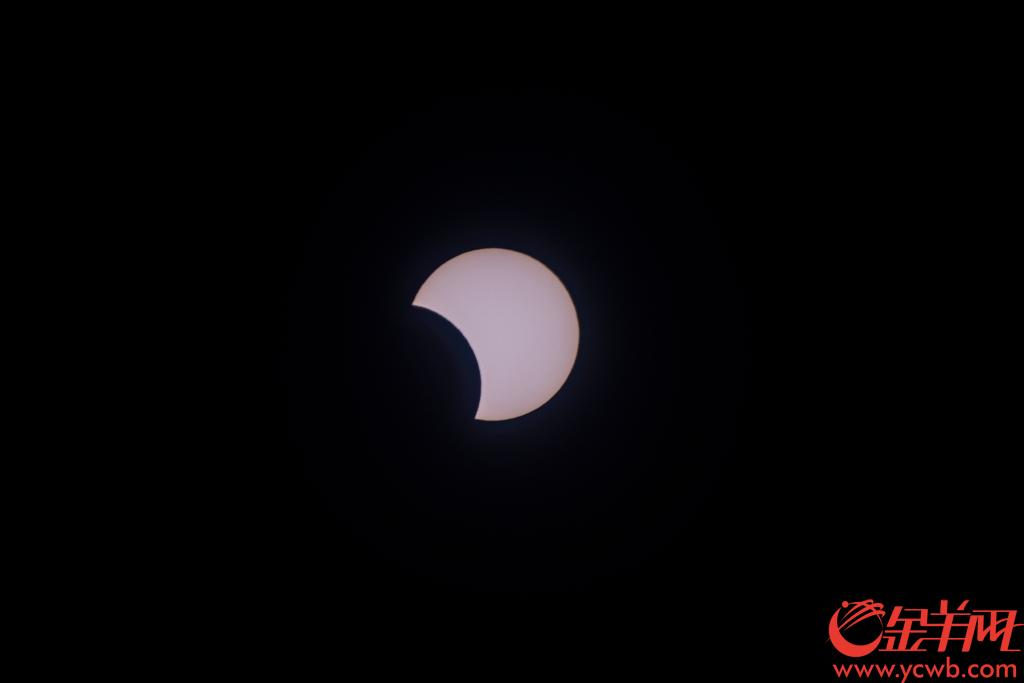 2019年12月26日中午,广州地区观测拍摄到日偏食现象。金羊网记者 宋金峪 梁喻 摄