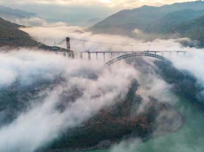 世界最大跨度铁路拱桥主体建成 全长1024.2米