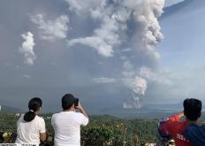 菲律宾火山爆发浓烟直冲云霄 民众淡定拍照