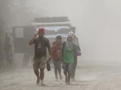 菲律宾火山喷发烟尘弥漫 恐有45万民众需撤离