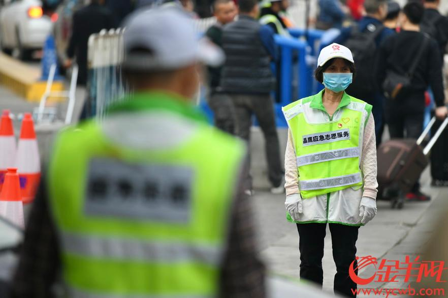 2020年1月21日,正值春运高峰期,广州火车站内人流量大。为预防新型冠状病毒肺炎,许多旅客都戴上口罩赶春运,志愿者们也都统一配发了口罩,做好防护平安过节。金羊网记者 梁喻 摄