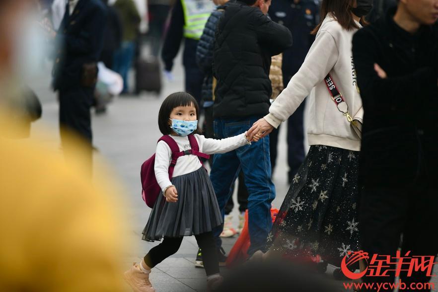 2020年1月21日,正值春運高峰期,廣州火車站內人流量大。為預防新型冠狀病毒肺炎,許多旅客都戴上口罩趕春運,志願者們也都統一配發了口罩,做好防護平安過節。金羊網記者 梁喻 攝