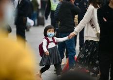 广州火车站,旅客们戴上口罩赶春运