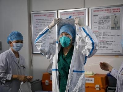 廣州市第八人民醫院嘉禾院區醫護人員展示穿戴防護服