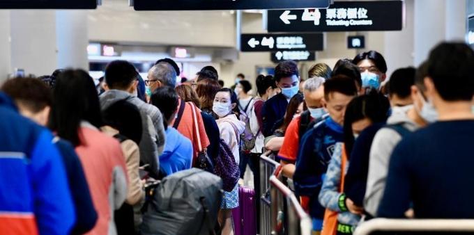 香港市民旅客戴口罩进出高铁站