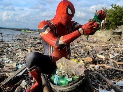 """""""超级英雄""""投身环保事业 走上沙滩捡垃圾"""