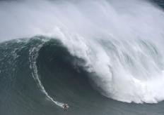 巨浪冲浪挑战赛 男子浪中穿行惊险刺激