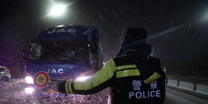"""山东东营:风雪夜中的战""""疫""""人"""