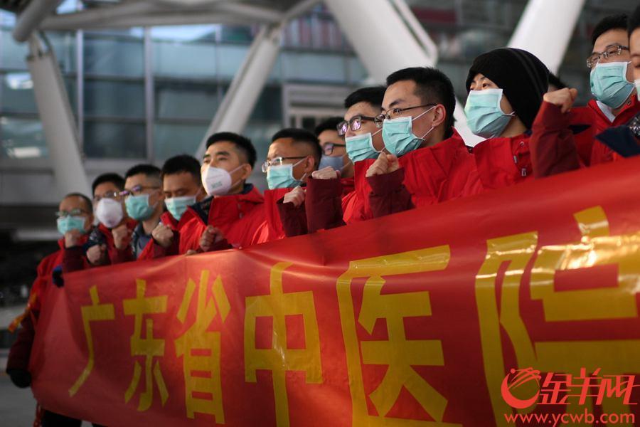 2月17日,广东省中医院再派医疗队驰援湖北。图为广东省中医院医疗队在广州南站举行出征仪式,医院同事纷纷前来送别医疗队队员。 金羊网记者 周巍 摄