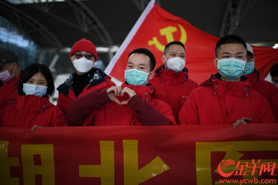 2月17日,廣東省中醫院再派醫療隊馳援湖北。圖為廣東省中醫院醫療隊在廣州南站舉行出徵儀式,醫院同事紛紛前來送別醫療隊隊員。 金羊網記者 周巍 攝