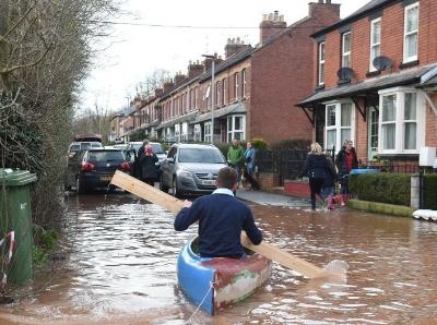 """風暴""""丹尼斯""""重創英國多地街道被淹 民眾滑船出行"""