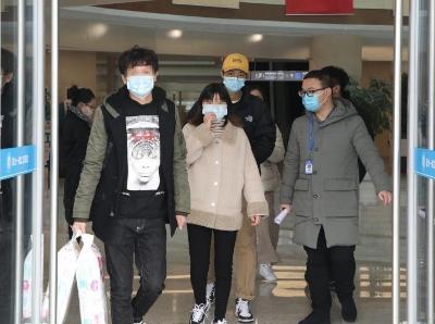 """杭州""""小汤圆""""父母治愈出院 曾在感染新冠肺炎期间产子"""
