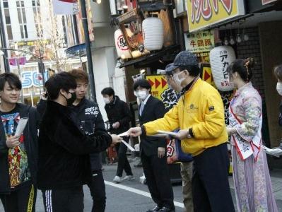 東京街頭暖心一幕 在日中企協和黑龍江同鄉會免費分發口罩