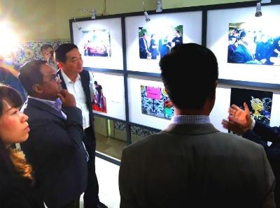 """中国驻菲律宾使馆举办《携手同心 共克时艰》抗""""疫""""图片展"""