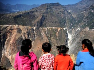四川布拖:大山峡谷中正在建设的通村公路