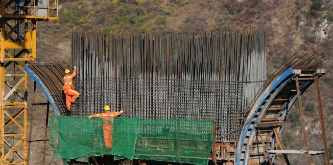 """四川金阳:峡谷中""""致富""""特大桥建设稳步推进"""