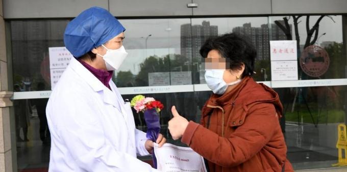 李兰娟院士为武大人民医院东院区第600位出院患者送行