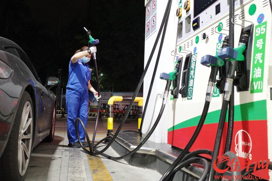 3月18日零时,国内油价大降。记者在广州大道中中石化加油站看到,95号汽油每升定价为5.99元,98号汽油定价为6.97。 羊城晚报记者 周巍 摄影报道