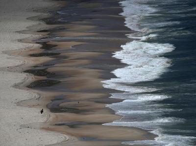 航拍巴西旅游胜地科帕卡巴纳海滩 游客寥寥无几