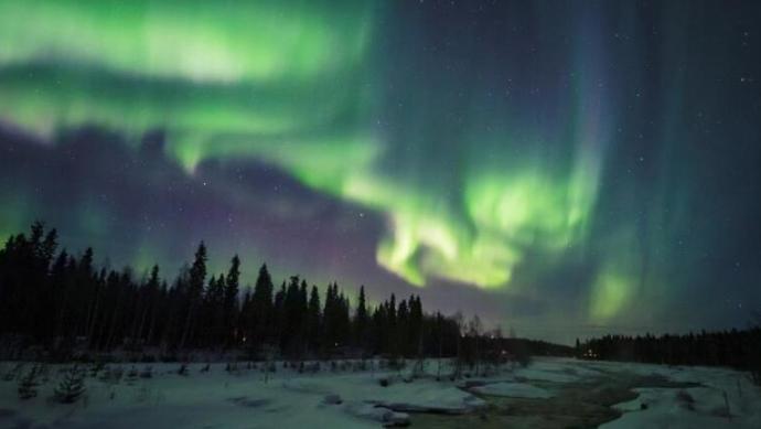 芬兰夜空现梦幻极光